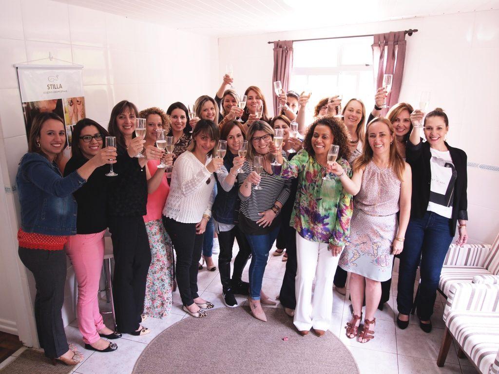 Empreendedoras Stilla comemorando com brinde